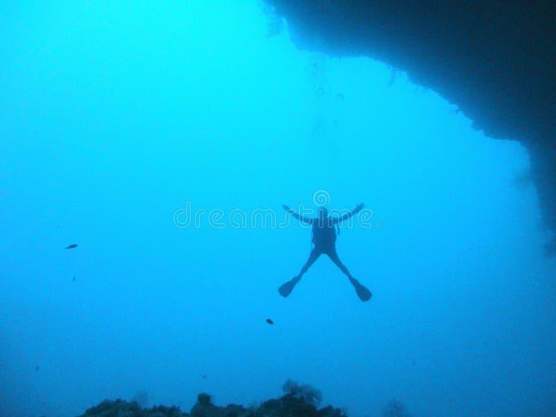 Buceador en la salida subacuática de la cueva foto de archivo libre de regalías