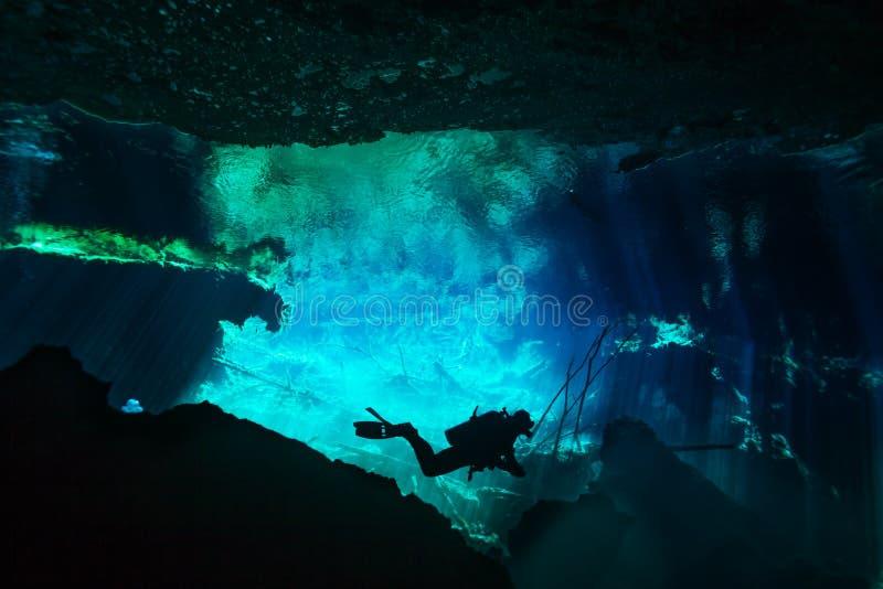 Buceador que explora el mundo subacuático del cenote de Azul foto de archivo