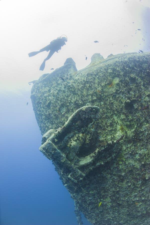 Buceador que explora un naufragio grande imagen de archivo