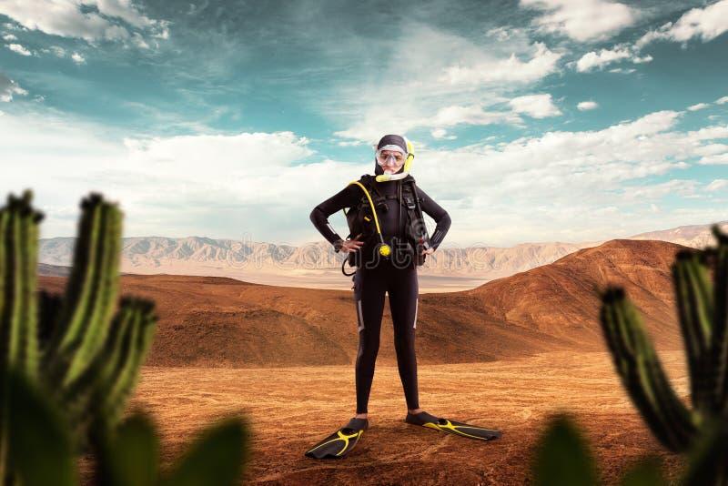 Buceador que se coloca en el desierto, deporte subacuático imagen de archivo
