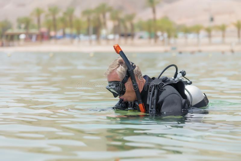 Buceador subacuático en zambullidas del equipo de base en el mar Lecciones del salto subacuático Deporte acuático y pasatiempo po fotografía de archivo