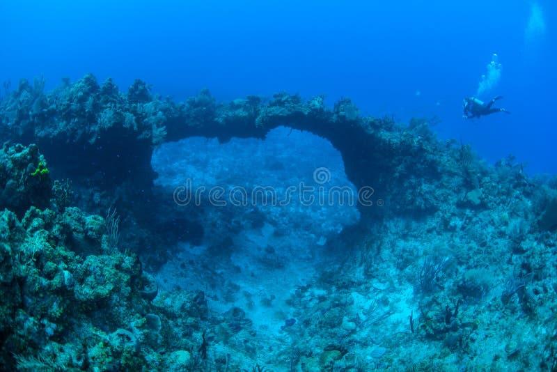 Buceador y arco natural subacuático en el mar del Caribe foto de archivo libre de regalías