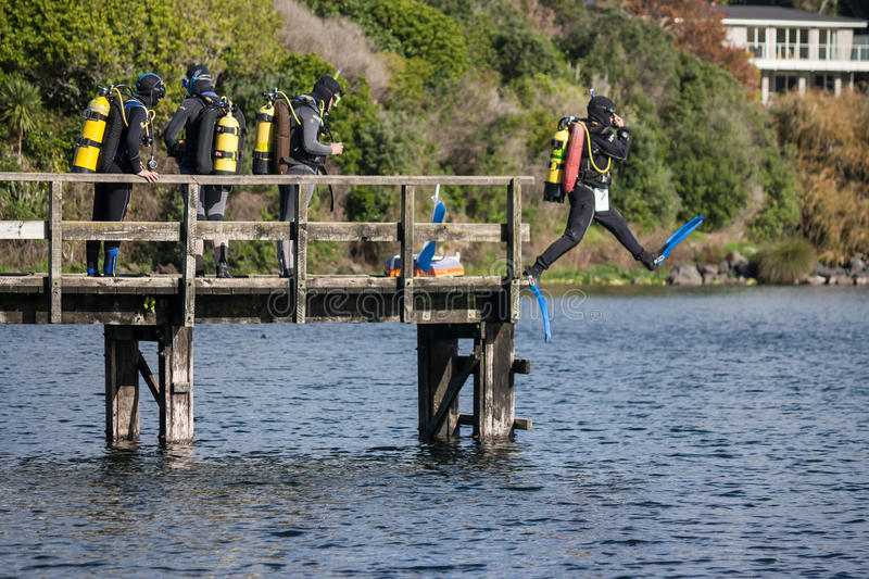 Buceadores en el lago Pupuke foto de archivo libre de regalías