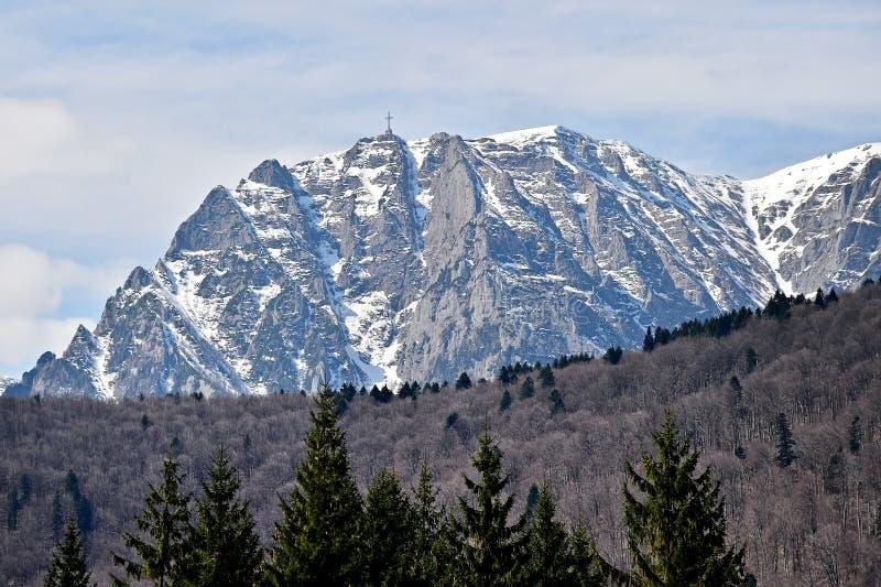 Bucegi山在与英雄的冬天在Caraiman豌豆横渡 免版税库存照片