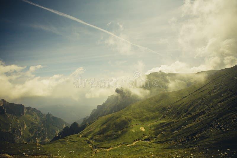 Bucegi-Berge, das Caraiman-Kreuz lizenzfreie stockfotografie