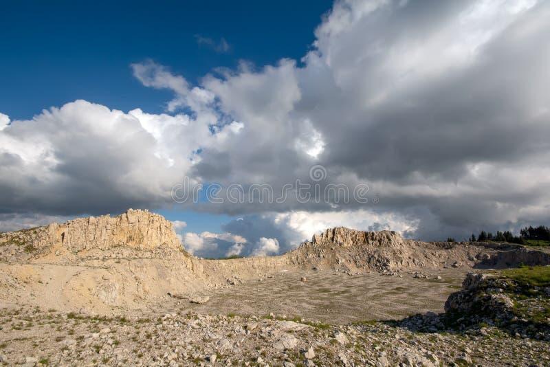Bucegi góry, Podul cu Florile wapnia łup obraz stock