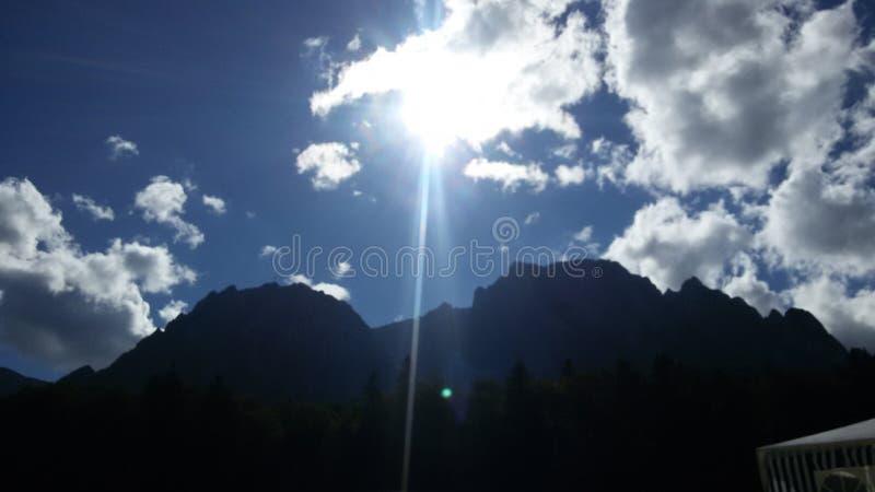 Bucegi no verão - nuvens e sol foto de stock