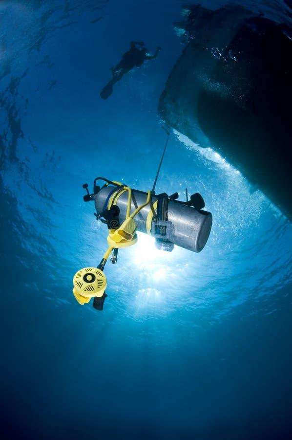Buceo con escafandra, el tanque del equipo de submarinismo de la seguridad al transporte fotos de archivo libres de regalías