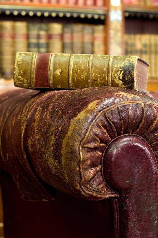 Buch auf brauner Couch stockfotos