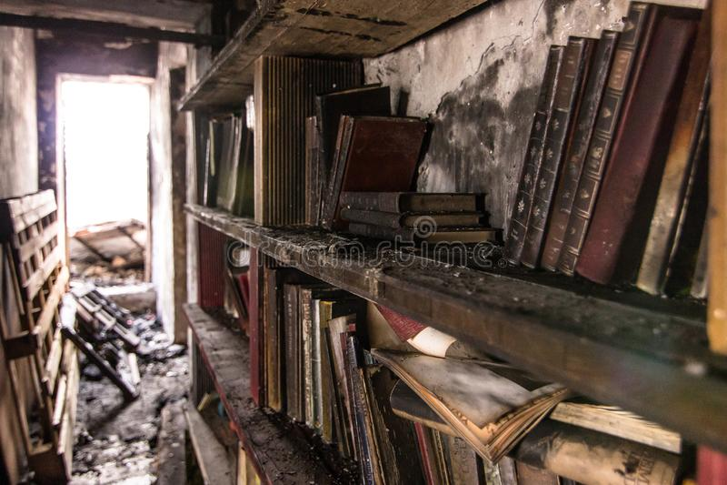 Buch brannte in einem B?cherschrank nach einem Feuer stockbild