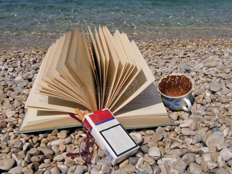 Buch, Brillen, Tasse Kaffee, Zigaretten lizenzfreies stockbild