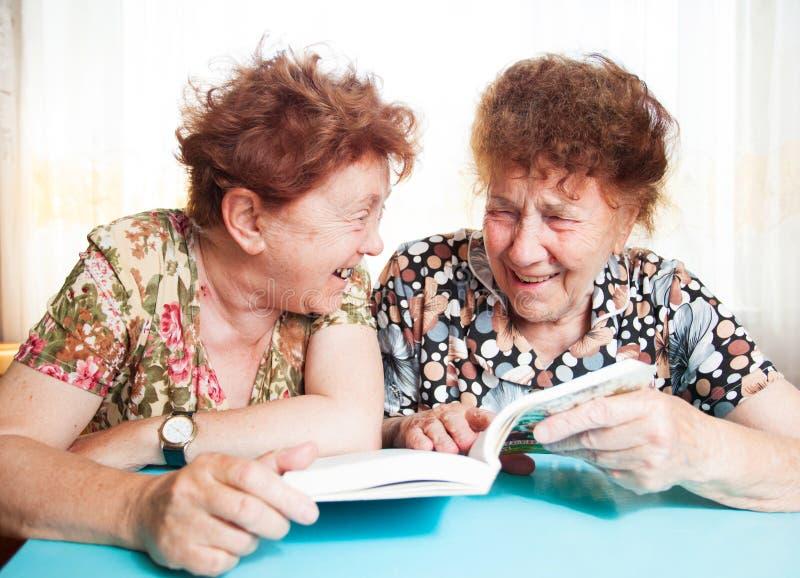 Buch der alten Frau zwei Lese stockbilder