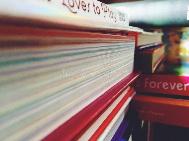 Buch in der Bibliothek stockfotografie
