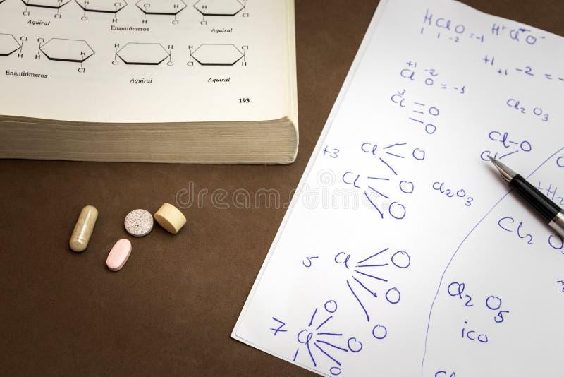 Buch der Chemikalie und des Papiers eigenhändig geschrieben lizenzfreie stockbilder