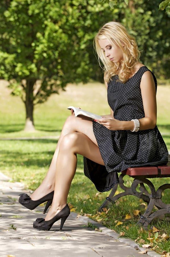 Buch der jungen Frau Lese stockfoto