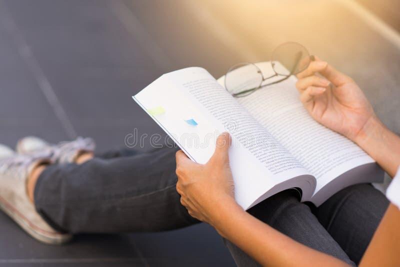 Buch der jungen Frau Lesein ihren Händen stockbild