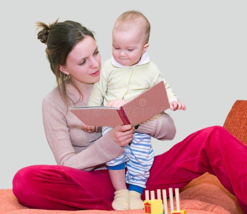 Buch der jungen Frau Lesemit Kind lizenzfreies stockbild