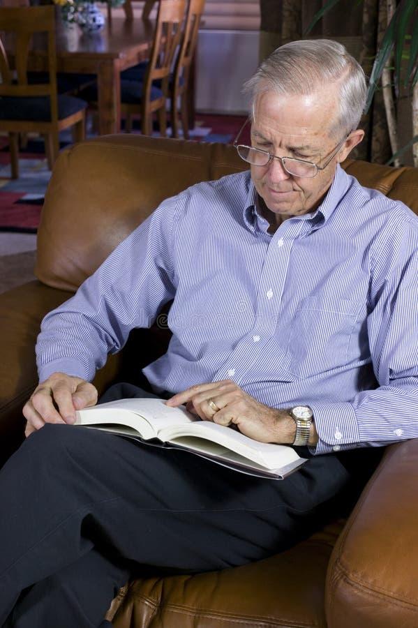 Buch des älteren Mannes Lese lizenzfreies stockfoto
