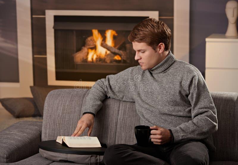 Buch des jungen Mannes Lese stockfoto