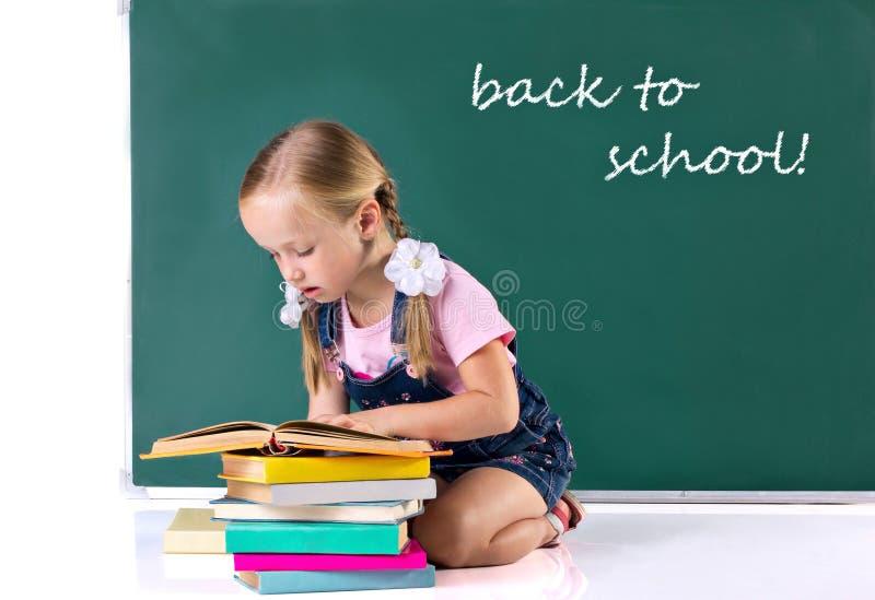 Buch des kleinen Mädchens Lese lizenzfreies stockfoto