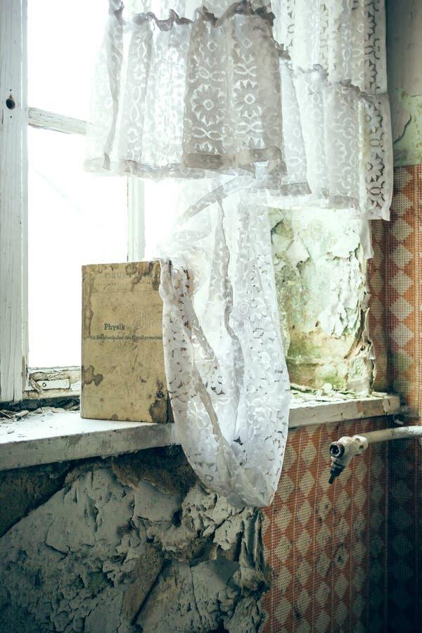 Buch am Fenster stockbilder