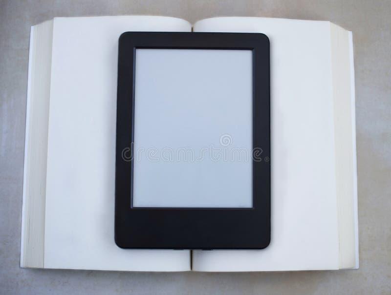 Buch gegen ebook stockfoto