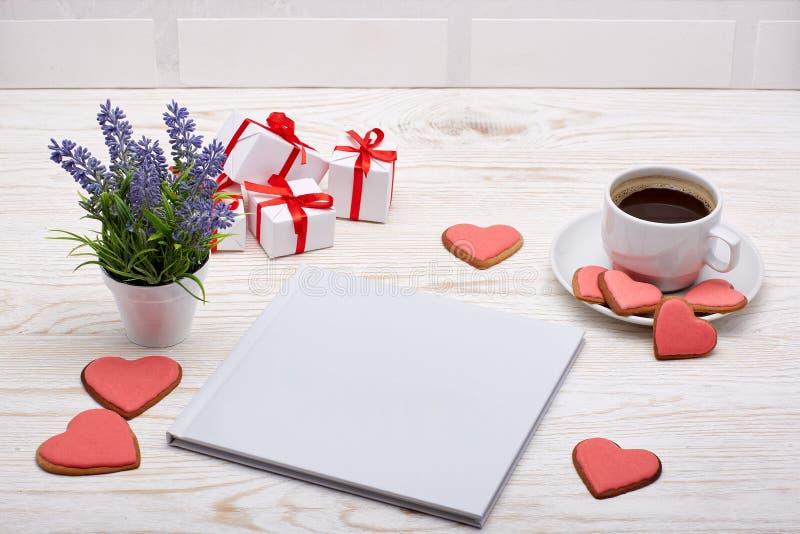 Buch, Kaffee und Plätzchen in der Herzform stockfotos
