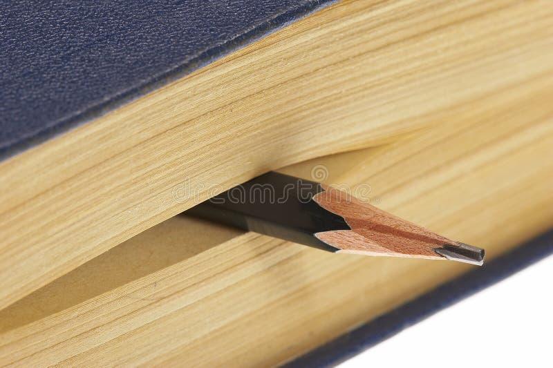 Buch mit Bleistift lizenzfreie stockbilder