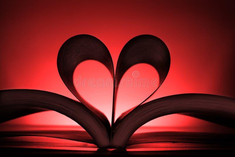 Buch mit den Herz-geformten Seiten, die eine Liebe der Lesung zeigen lizenzfreie stockfotos