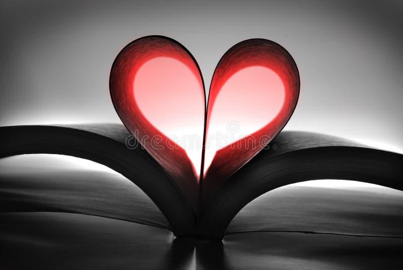 Buch mit den Herz-geformten Seiten, die eine Liebe der Lesung zeigen stockbild