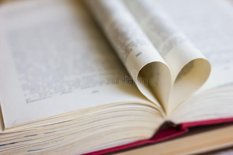 Buch mit geformten Seiten des Herzens lizenzfreie stockfotografie