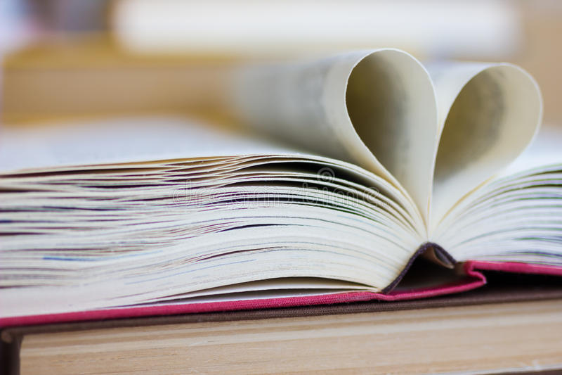 Buch mit geformten Seiten des Herzens lizenzfreie stockbilder