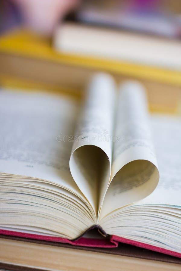 Buch mit geformten Seiten des Herzens stockfoto