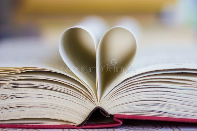 Buch mit geformten Seiten des Herzens lizenzfreie stockfotos