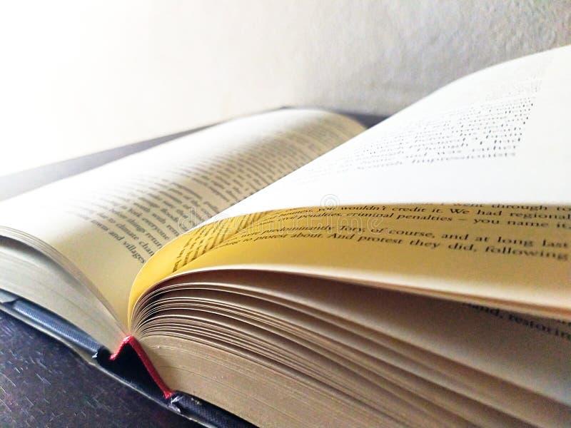 Buch offen auf Schreibtisch stockfotografie
