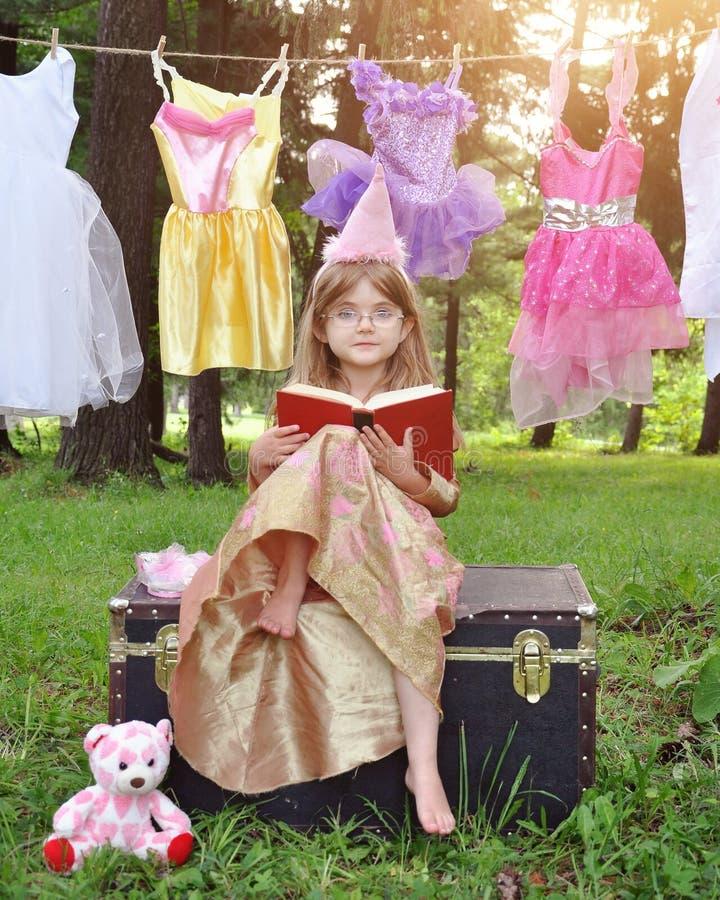 Buch Prinzessin-Child Reading Story mit Gläsern stockfoto