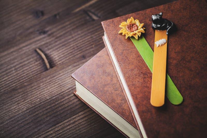 Buch und Bookmark lizenzfreies stockfoto