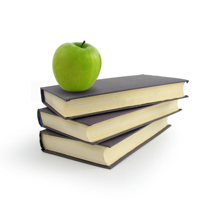 Buch und grüner Apfel lizenzfreies stockfoto