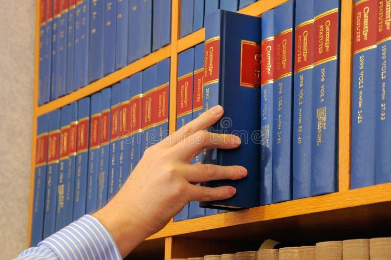Buch und Hand lizenzfreies stockbild