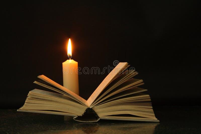 Buch und Kerze lizenzfreie stockfotos