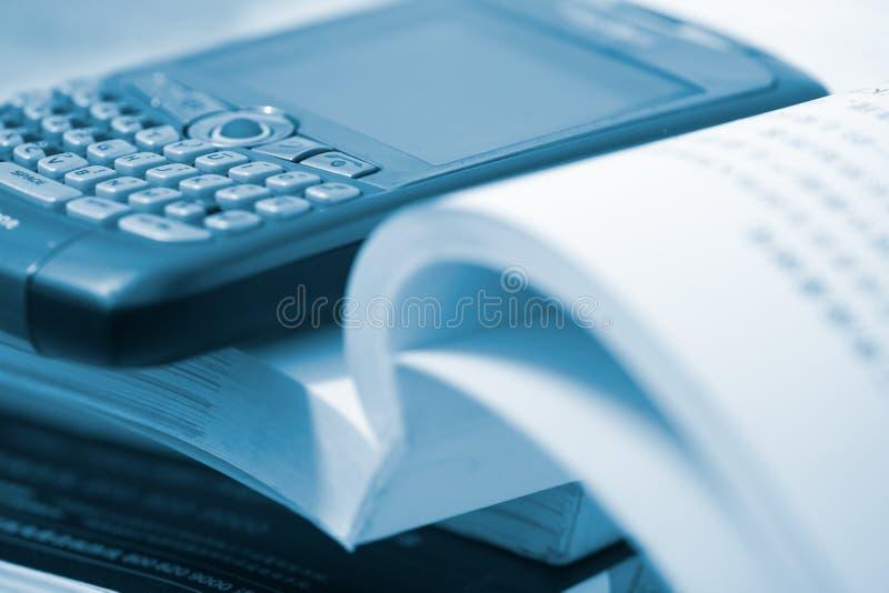 Buch und Mobiltelefon lizenzfreies stockfoto