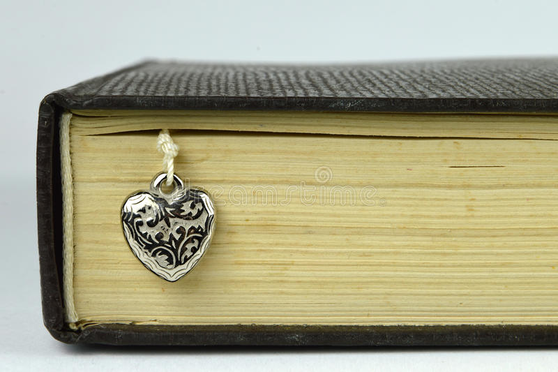 Buch- und Silberherz stockfoto