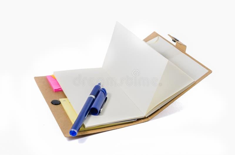 Buch und Stift auf weißem Hintergrund stockfoto