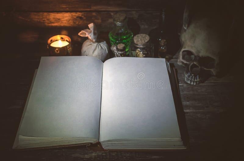 Buch von Magie lizenzfreie stockfotografie
