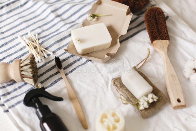 Bucha natural do eco, escova de dentes de bambu, escova, sabão do coco, handm imagem de stock