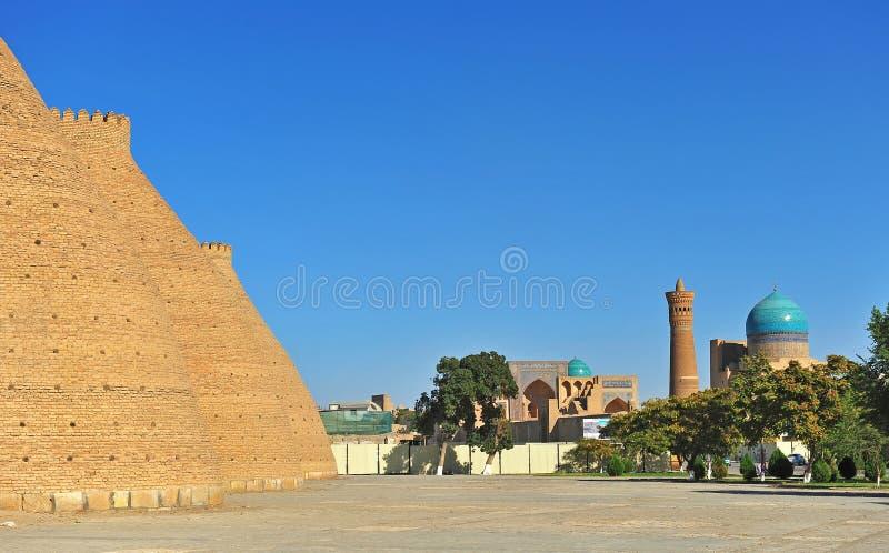 Buchara: fortificazione e moschea con il minareto di Kalyan fotografie stock