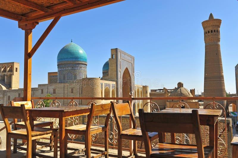 Buchara: Moschea e minareto di Kalon immagine stock