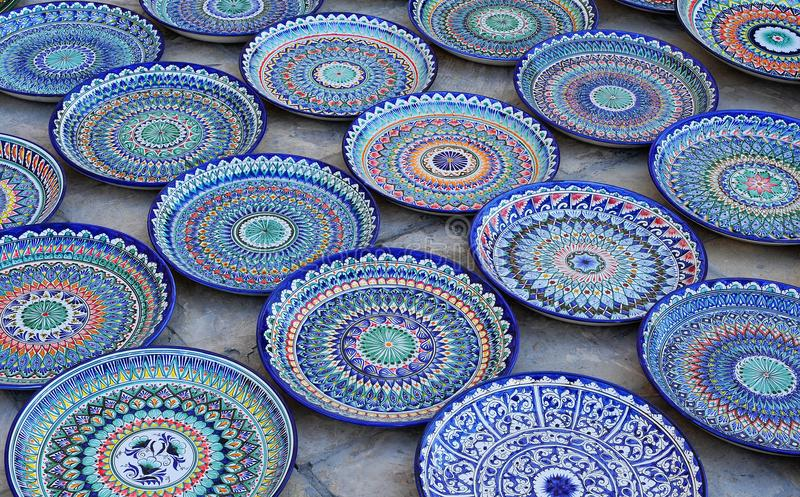 Buchara: piatti ceramici fatti a mano dipinti blu fotografie stock libere da diritti