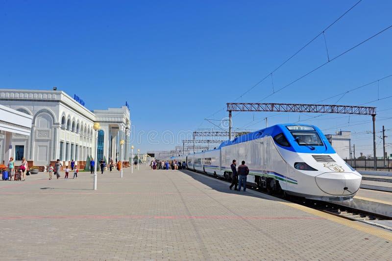 Buchara: treno ad alta velocità del afrosiyob e stazione ferroviaria immagini stock libere da diritti