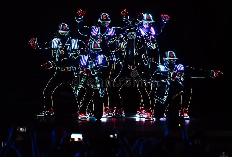 Bucharest światła reflektorów festiwalu dancingowa załoga z światłami obraz stock